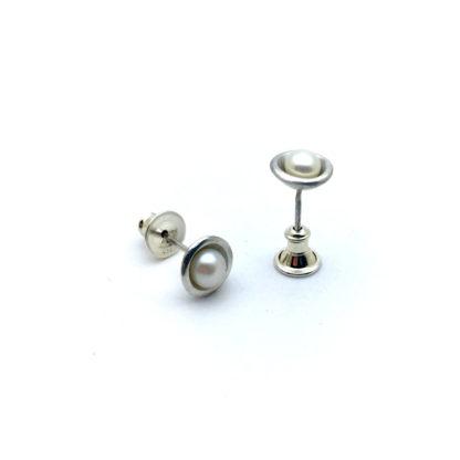 Puce d'oreille en argent avec perle de cluture